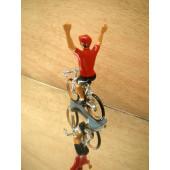 Figurine cycliste : maillot rouge du vainqueur du tour d'Espagne bras levés